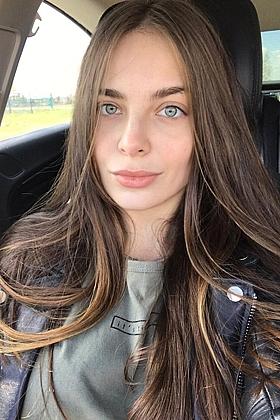 Annora seductive brunette, 34C