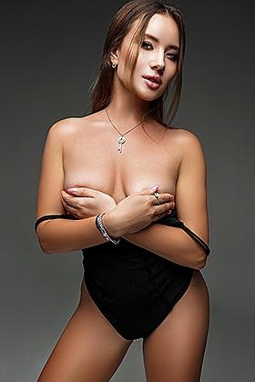 5ft 6, 34D, compatible brunette Damila