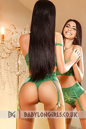 5ft 7, 34B, sexy brunette Nur
