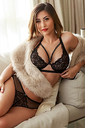 Isabel captivating brunette, 34D (Natural)