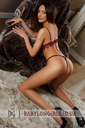5ft 7, 34C, gorgeous brunette -young-Spanish-Eva