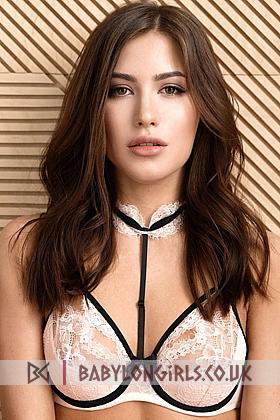 Alluring brunette Leonida